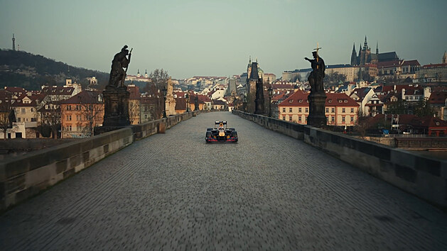 Formule 1 se prohání po Česku a Slovensku. Red Bull ukázal film z Karlova mostu