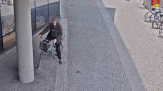 Muž s 3,7 promile se snažil jet na kole, nezvládl ale ani chůzi