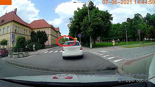 Strážníci stíhali auto, řidička zapomněla na střeše pánvičku s obědem