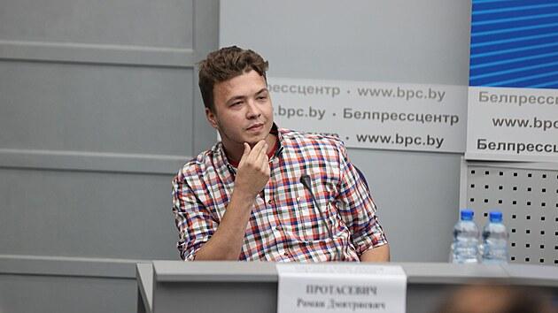 Mám se dobře, řekl vězněný Pratasevič před novináři. Někteří na protest odešli
