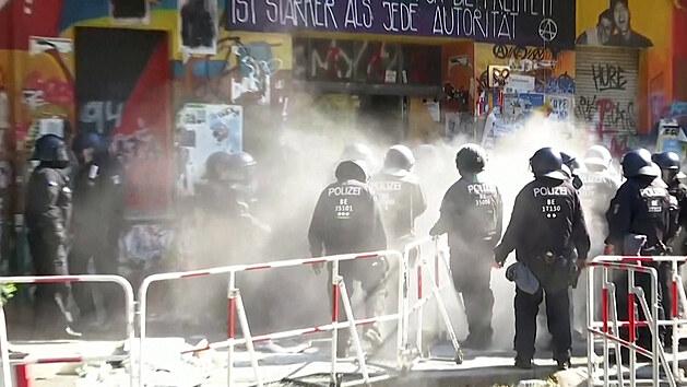 Policie vnikla do berlínského squatu, obyvatelé se bránili práškem a barvami