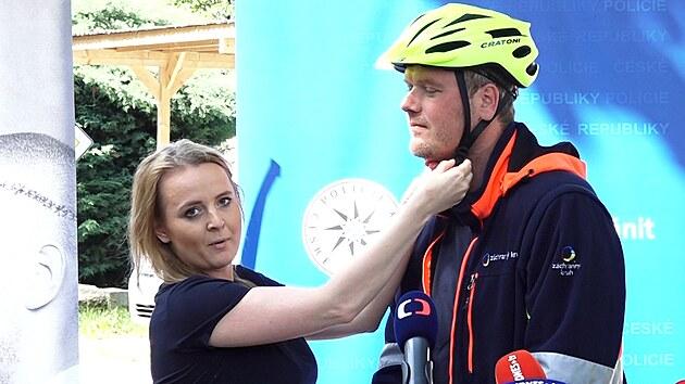 Cyklistická helma není šílenství. Takhle ji správně upevníte