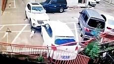 Řidička nezvládla jízdu a vytlačila vůz ze srázu