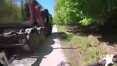 Kamion předjížděl cyklistu. Minul ho o centimetry