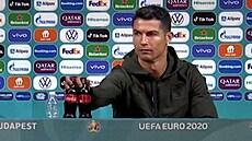 Ronaldo schoval láhve Coca-coly a nabádal k pití vody