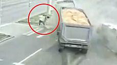 Kamion naboural mikrobus a řítil se na chodce