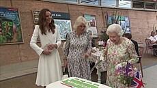 Britská královna Alžběta II. krájela dort šavlí