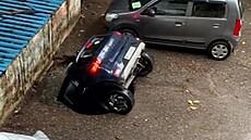 Hladová země. Silnice pohltila zaparkované auto