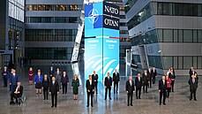 Lídři NATO se společně vyfotili před summitem