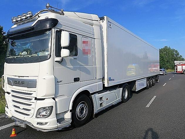 Kamion se otáčel v zatáčce u sjezdu kzavřené D35, způsobil smrt motorkáře