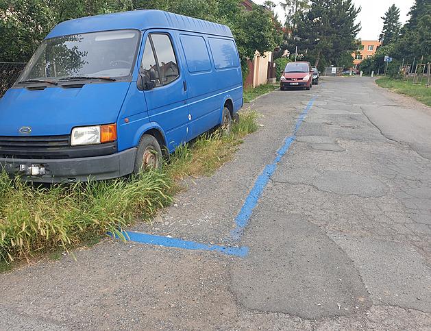 Řádili v Zahradním Městě Pat a Mat? Modré zóny vedou podél fiktivního chodníku