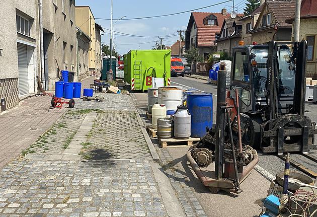 Lidé v Kyjově musí opustit domy, firma našla v sudech dráždivé chemikálie