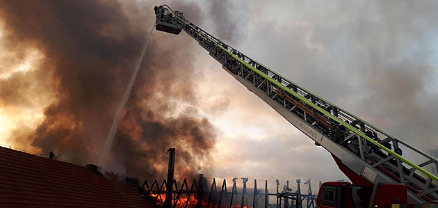 Na Příbramsku hoří výrobní hala, hasiči mají požár pod kontrolou