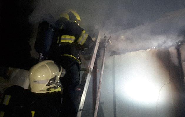 Při nočním požáru chaty v Brně zemřel člověk, druhý je v nemocnici