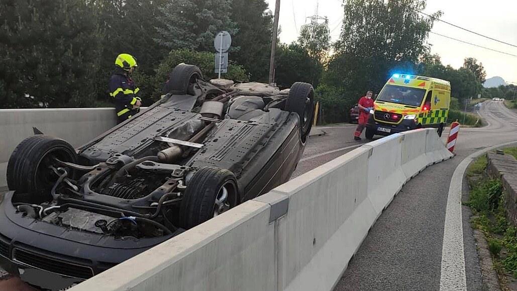 Dvacetiletý řidič v zúžení najel na svodidla a otočil auto na střechu