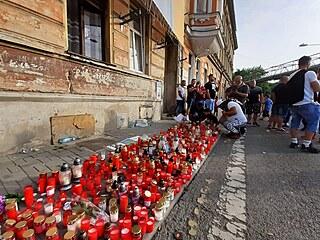 Lidé v Teplicích se přišli rozloučit se zesnulým po policejním zásahu. (22....