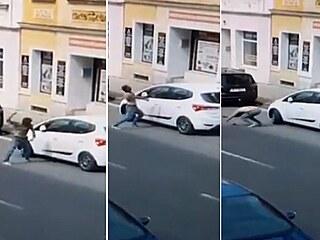 Muž do vozidla dvakrát narazil i hlavou a poté se svalil na vozovku.