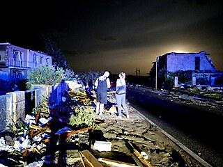 Tornádo zasáhlo obec Lužice na jižní Moravě. Vichr poničil budovy i auta. (24....