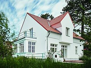 Roh domu mezi terasou vpravo a zimní zahradou s navazujícím balkonem nahoře a...