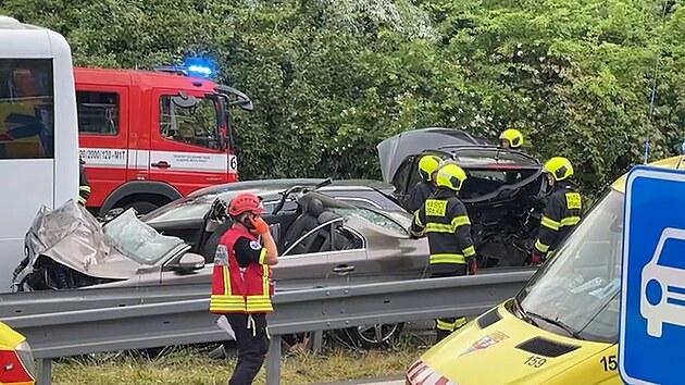 Řidič ujížděl policii, poté naboural autobus. Pro zraněné letěl vrtulník