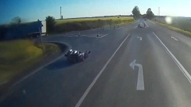 Motorkářka se zachránila pádem, kamion ji u Slaného nedal přednost