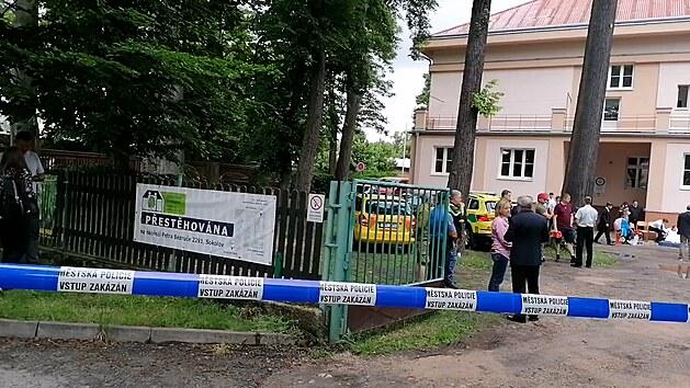 Na sokolovské střední škole zasahuje záchranka, žáci začali omdlévat