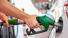 Kde se Čechům vyplatí tankovat? Podívejte se na ceny benzinu a nafty v zemích EU