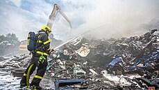 Hasiči v noci dohasili požár autovrakoviště v Ostravě. Jeho příčiny se zatím zjišťují