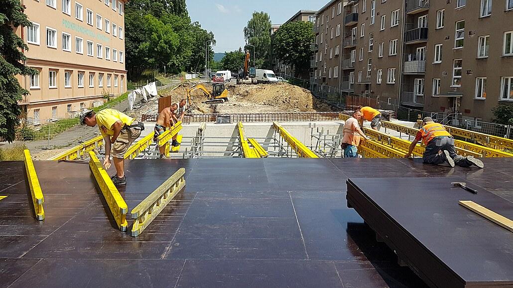 Výstavba nového mostu přes Mezibořskou ulici v Litvínově. (13. července 2021)