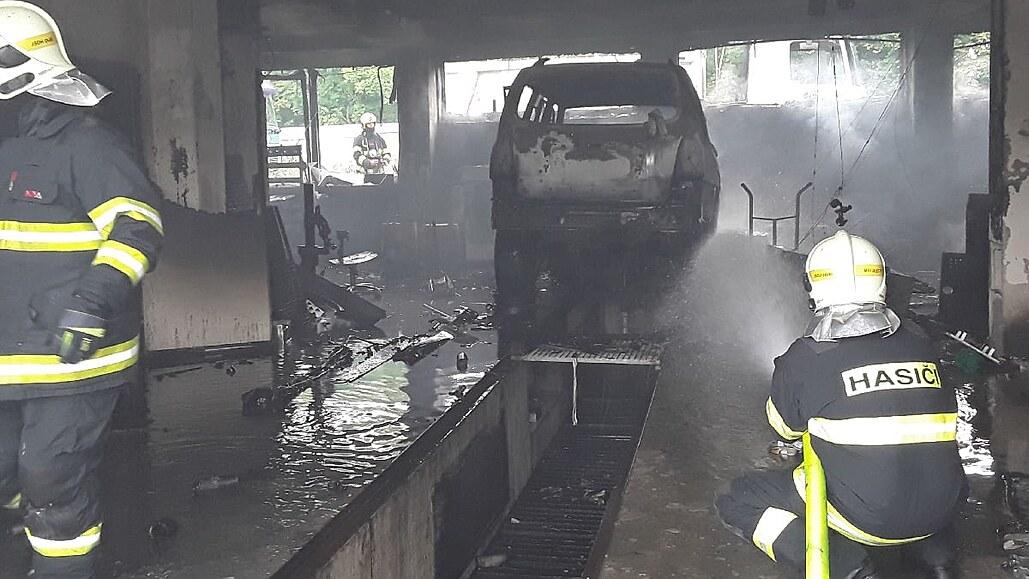 V Dubí hořela autodílna, škoda je více než milion korun