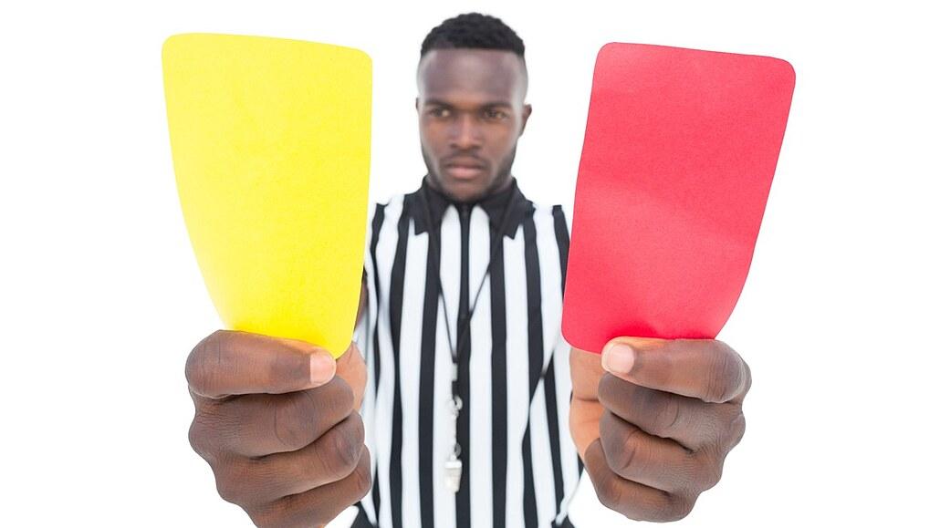 STO OBJEVŮ: Osudové fotbalové karty daly sportu jasné mantinely