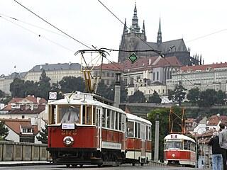 Na Mánesově mostě v Praze projel 18. července 2021 průvod historických i...