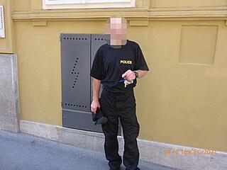 Muž jezdil v převleku policie, aby nemusel platit za jízdu v MHD.