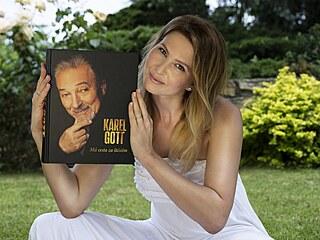 Ivana Gottová s autobiografií Karla Gotta Má cesta za štěstím