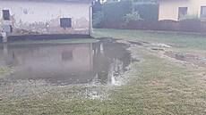 U Chotěboře se vylil rybník. Voda zasáhla šest domů, 20 lidí bylo evakuováno