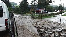 Hasiči zasahují kvůli bouřce na Hranicku na desítce místech. Popadané stromy zablokovaly vlak na trati