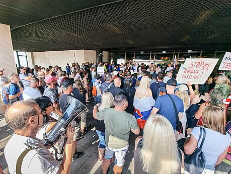 Dav odpůrců očkování blokuje vchod do slovenského parlamentu. (23. července...