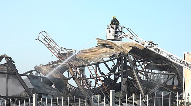 Hasiči stále dohašují požár haly v Uhříněvsi, hořet začalo v neděli. Škoda činí asi 120 miliónů korun