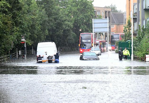 Londýn postihly záplavy. Nemocnice žádají pacienty, aby k nim nejezdili