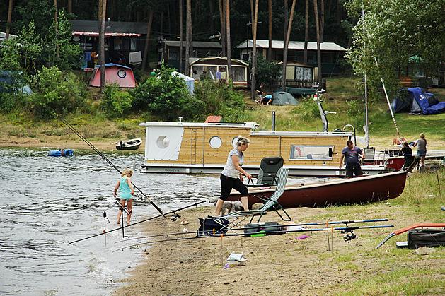 Dovolená u Vltavy. Kemp Radava patří k populárním rekreačním místům na břehu Vltavy. Leží na poloostrově.