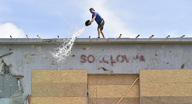 Bouřky poničily plachty na domech zasažených tornádem, opět do nich napršelo