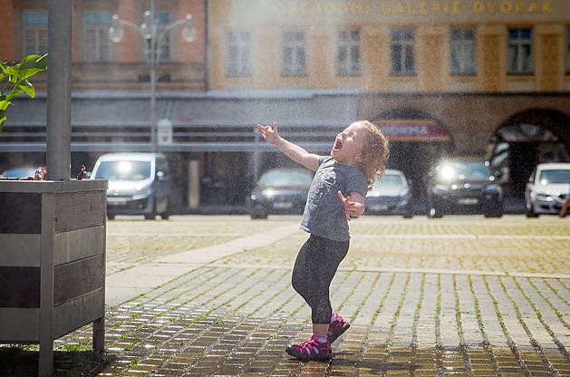 V tropických dnech se hodně obyvatel Budějovic vyhýbá hlavnímu náměstí Přemysla Otakara II. Některé alespoň přiláká mlžítko, pod kterým se chladí a pobíhají především děti. Pro velký úspěch radnice plánuje podobné vodní prvky instalovat i jinde.