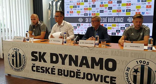 Momentka z předsezónní tiskové konference fotbalových Českých Budějovic