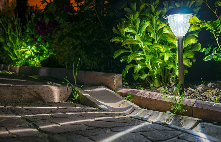 Pro osvětlení zahrady vítězí bezpečné nízké napětí nebo solární lampy