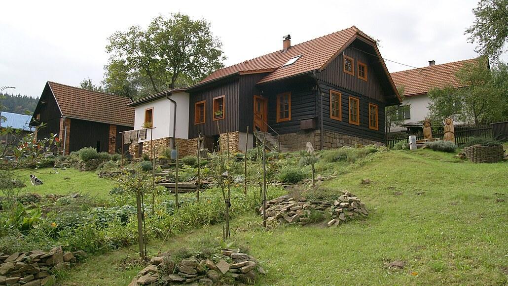 Zahrada u dřevěnky na Valašsku, vstřícná k přírodě, je rájem pro rodinu