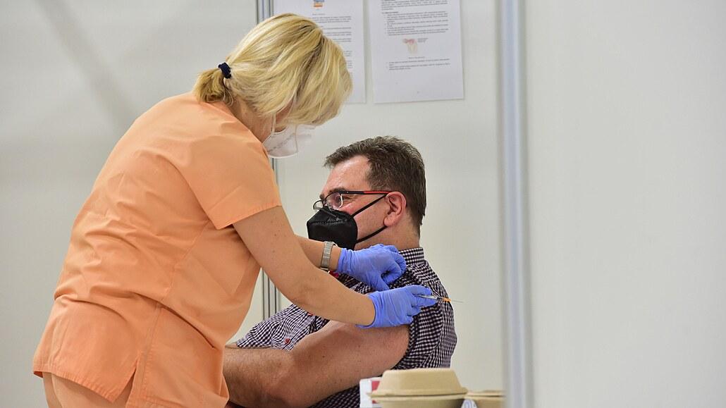Dva dny volna za očkování firmy dávat nechtějí. Sick days stačí, říkají