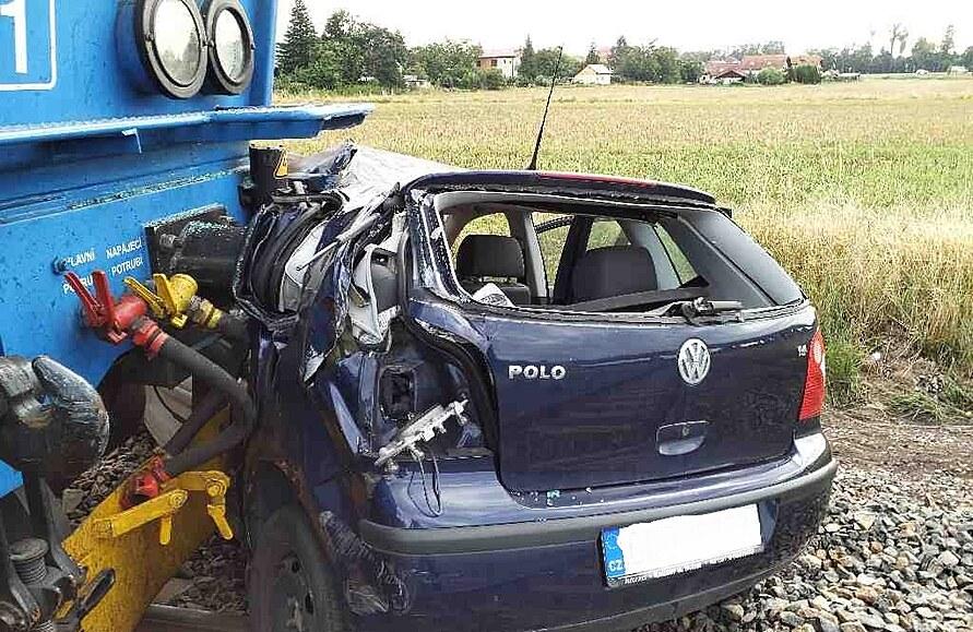 Při střetu na přejezdu projel nárazník vlaku oknem do auta, řidička přežila