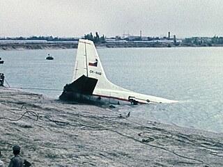 Trosky letounu Il-18B v jezeře Zlaté písky u Bratislavy (29.července 1976)