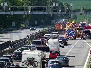 Dálnici D1 na Benešovsku směrem na Prahu uzavřela nehoda pěti aut. (24....