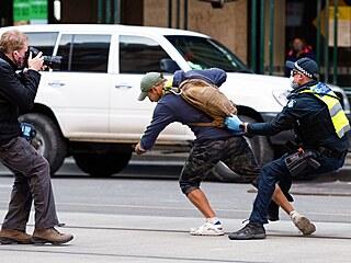 Za značné policejní mobilizace se v Melbourne demonstranti proti lockdownu...